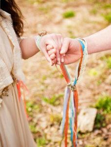 cerimonia simbolica legatura della mani handfasting